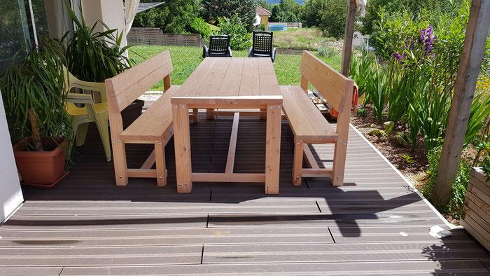 Table contemporaine + 2 bancs avec dossiers 480€ TTC