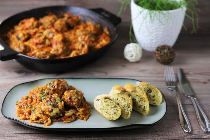 Mediterrane Nudelpfanne mit Hackbällchen in Tomatensoße mit Kritharaki Nudeln aus der 30 cm gusseisernen Pfanne von Pampered Chef aus dem Onlineshop