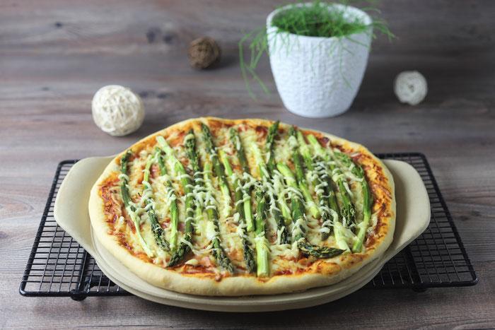 Pizza mit grünem Spargel vom Pizzazauberer, Ofenzauberer, Zauberstein oder White Lady von Pampered Chef