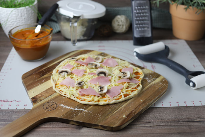 Pizza auf dem Pizzaschieber