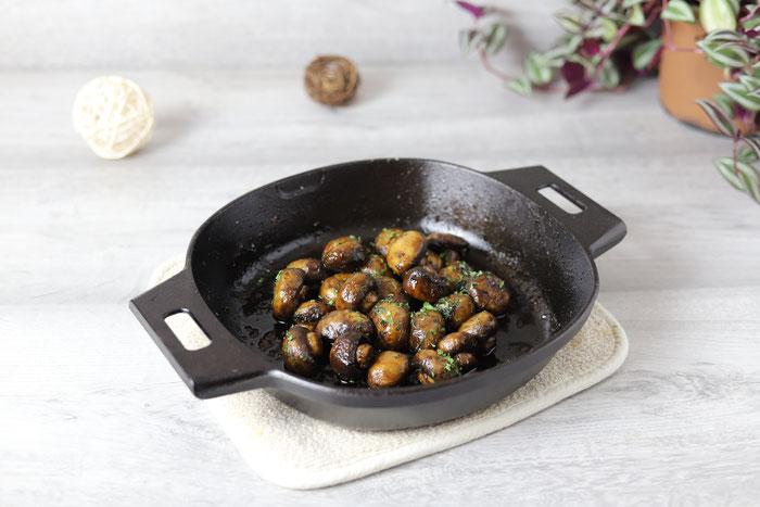 Antipasti Champignons mariniert mit Knoblauch, Olivenöl, Balsamico in der gußeisernen Pfanne von Pampered Chef, aus dem Onlineshop bestellen