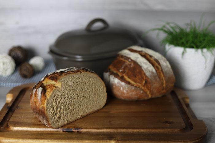 Frisch gebackenes, knuspriges Weizen-Roggen-Mischbrot im Ofenmeister von Pampered Chef mit toller Kruste