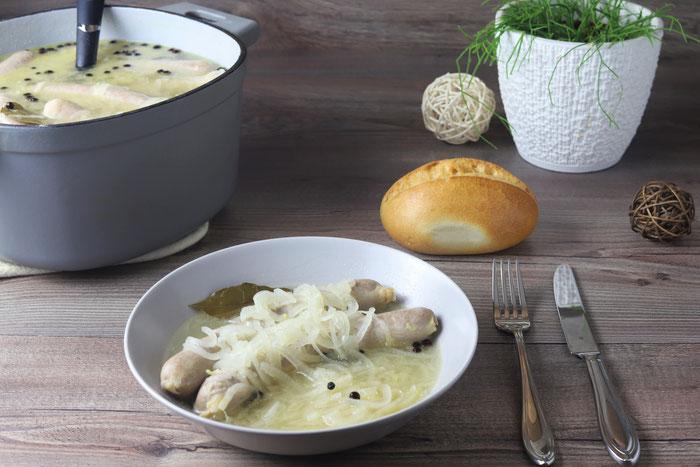 Blaue Zipfel oder saure Bratwürste fränkisches Gericht im gusseisernen Emaillierten Topf von Pampered Chef aus dem Onlineshop