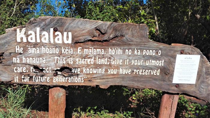 Schild auf dem Kalalau Pfad in Kuaui Hawaii.