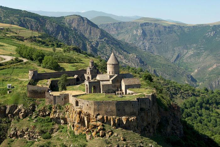 Le monastère de Tatev en Arménie surplombe le canyon du Vorotan