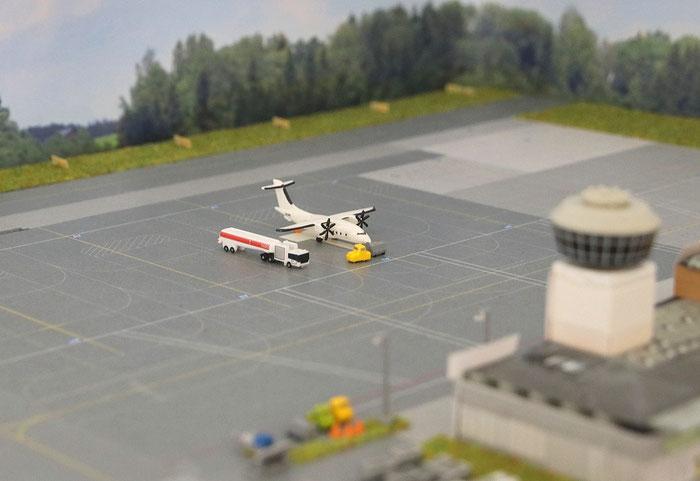 Eine Dornier 328 wird am Flughafen Mönchengladbach abgefertigt