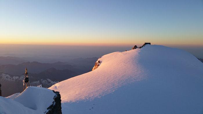 Blick von der Zumsteinspitze (4563m) zur Capanna Margherita