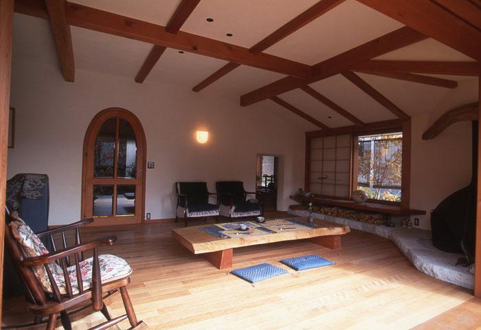 自然素材で建築され、日当たり、風通しのよい、くつろげる和室と一体となった居間の様子