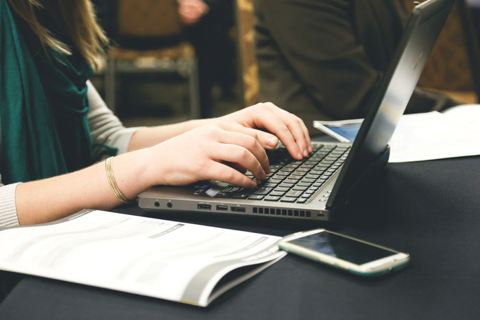 パソコンでジンドゥーブログを作成している女性