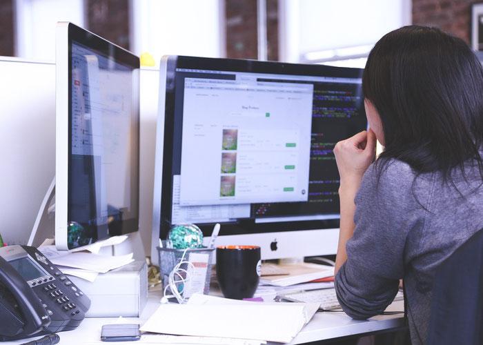 ホームオフィスで作業を行っている女性