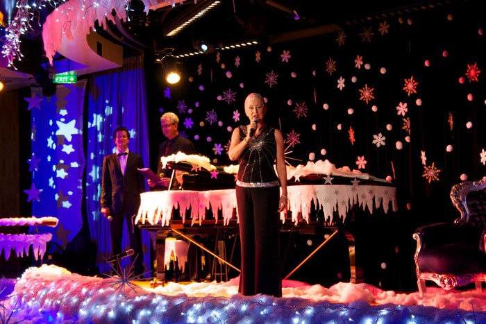 Inez Timmer an Bord der MS Europa auf weihnachtliche dekorierter Bühne