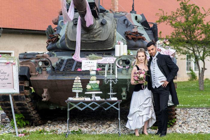 Ausgefallen Heiraten: Uniform Wedding mit Panzer