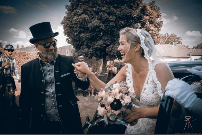 originelle Hochzeitsfeier mit Zylinder und traumhafter Braut
