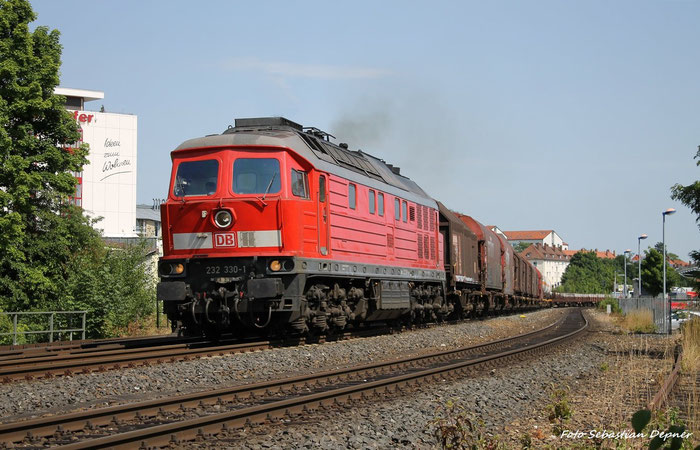 In Amberg (Bayern) Zieht 232 330-1 DenGüterzug 45330 nach Nürnberg von Pilsen
