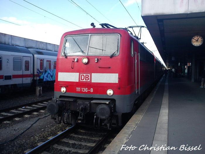 111 136-8 als RE nach Braunschweig bei der Ausfahrt Hannover Hbf richtung Lehrte