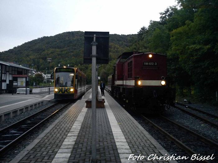 199 872 und eine Combino Duo Straßenbahn im Bahnhof Ilfeld