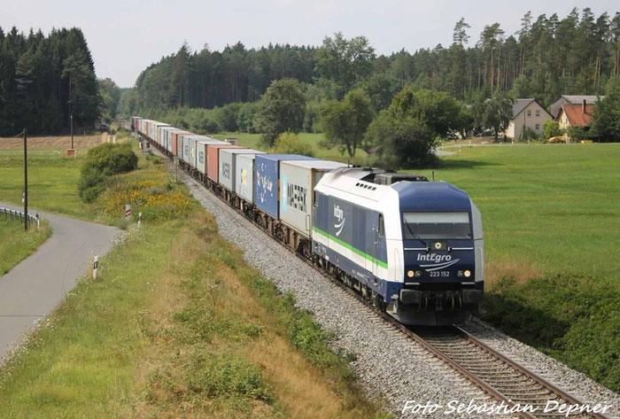 IntEgro BR 223 Am Containerzug am 10.8.12 kurz vor Freihung (Oberpfalz) nach Wiesau (Oberpfalz)