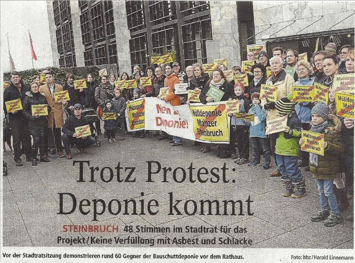 Vor der Stadtratssitzung demonstrieren rund 60 Gegner der Bauschuttdeponie vor dem Rathaus.      Foto: hbz/Harald Linnemann