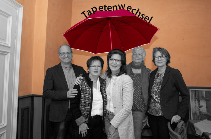 """Unter dem """"Schirm des Tapetenwechsels"""" versammelten sich die Mitglieder des Vorstandes. V.r.n.l.: Birgit Schüler, Mechtild Kreyerhoff, Annette Schürholz, Margot Hilgenstock, Ludwig Schürholz"""