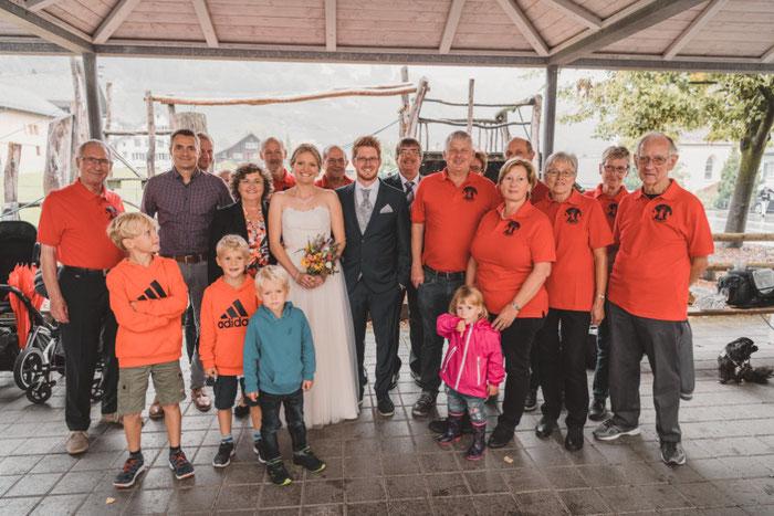 Ein Vereinsfoto mit dem Brautpaar durfte natürlich nicht fehlen :-)
