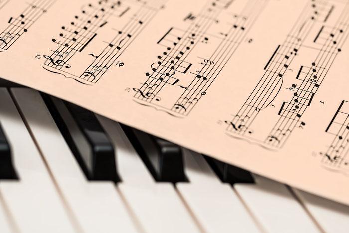 Klaviertaststur mit Notenblatt