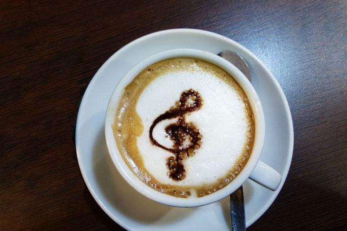 Cappuccino mit Violinschlüssel