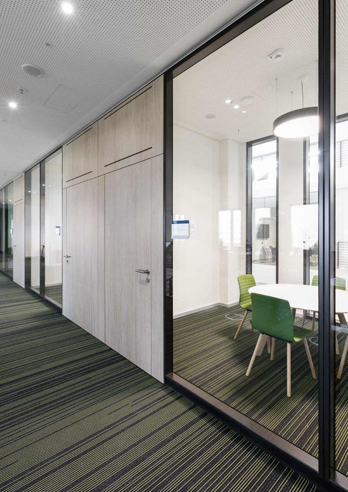 fecofix - Trennwand aus Glas im Büro - Sichtbare Perfektion - Foto: feco-feederle GmbH, Fotograf Nikolay Kazakov