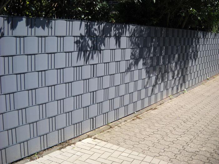 Stahlmattenzaun mit Kreativo Sichtschutz in RAL 7016 antrazith