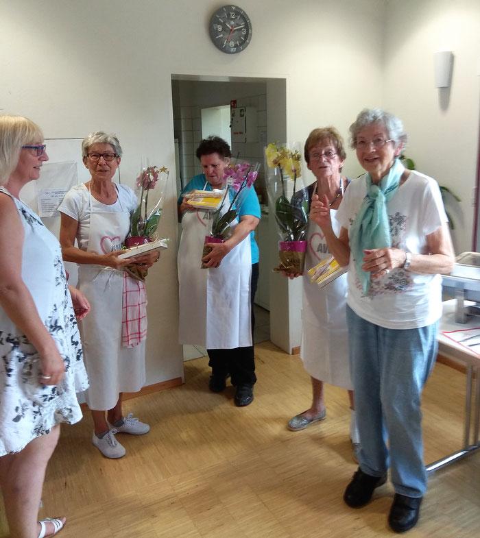 Sabine Laber dankt dem Team mit Ilona, Gerti, Christel und Isolde (von links).