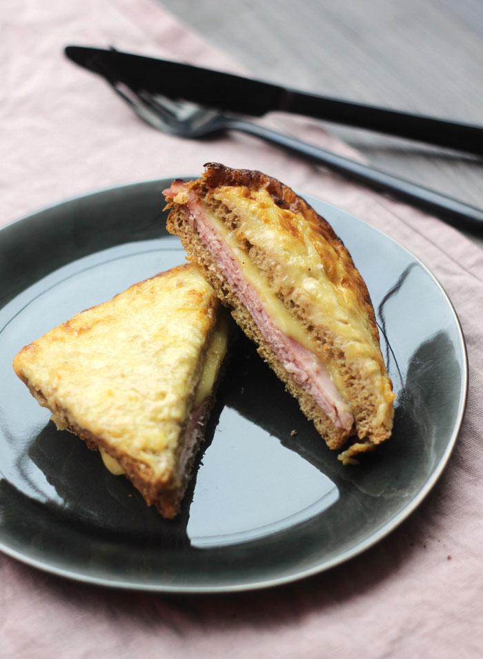 Croque-monsieur de chef, crème au fromage et vinaigre balsamique