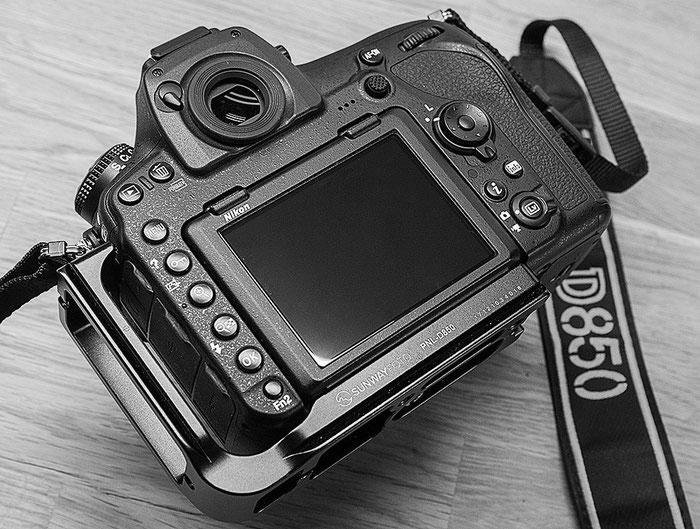 Rückansicht: Nikon D850 mit L-Winkel PNL-D850 von Sunway. Foto: bonnescape