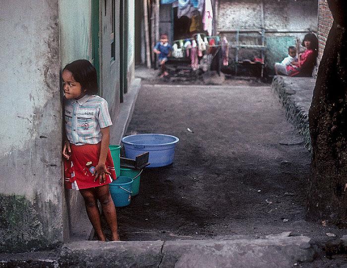 Reisefotografie: Einblick in den Lebensraum Kampung, Zentraljava. Nikon F4, Kodachrome 200, Foto: Klaus Schoerner