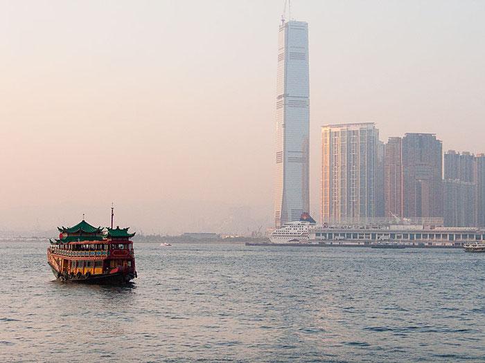 Traditionelle Dschunke in der Bucht von Hong Kong. Foto: Klaus Schoerner