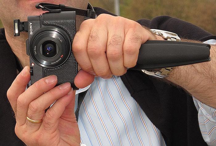 Das Manfrotto-Ministativ leistet auch als Handgriff gute Dienste. Foto Dalyani Schoerner.