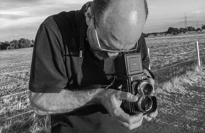 Praxistest ROLLEIFLEX 2,8 GX, Kamerahaltung beim Fotografieren mit der Lupe. Foto: bonnescape