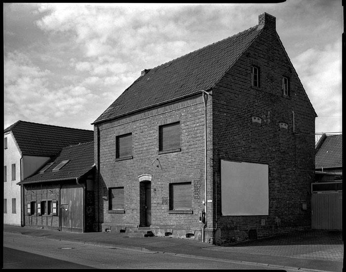 Großformatfotografie: Verlassenes Haus, Erftkreis 2021. SINAR F mit HELIAR 1:4.5/15cm (Version 1928) in COMPUR II. Foto: bonnescape.de