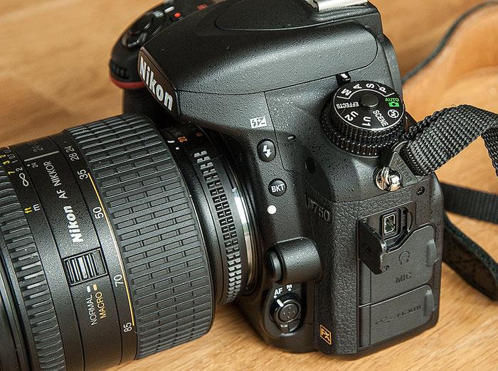 Im Test: Seitenansicht der NIKON D750 mit den Schnittstellen, unter anderem für die Fernsteuerung und den USB-PC-Anschluss. Foto: bonnescape