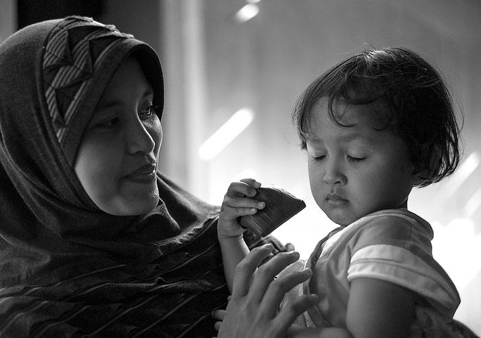 Reisefotografie: Liebevolle Szene einer Mutter mit ihrer kleinen Tochter als Doppelportrait. LEICA M9 mit 2,0/50 mm Summicron. Foto und Copyright 2013 by Dr. Klaus Schoerner