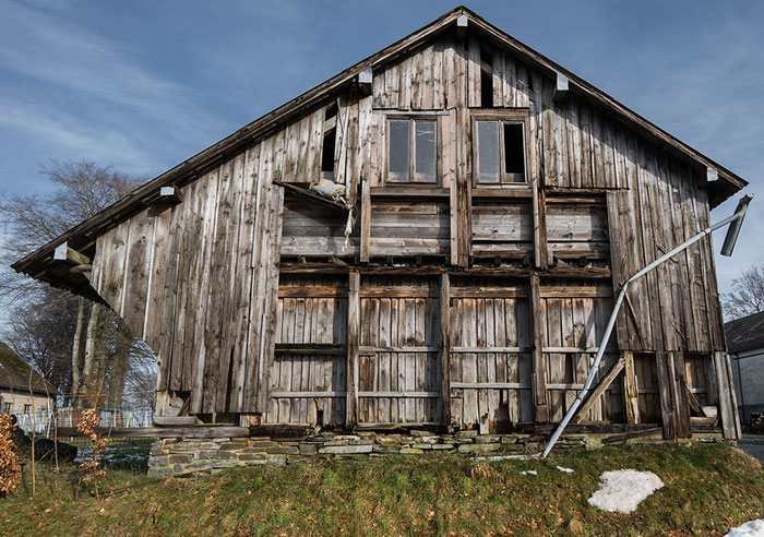 Praxistest: Lost Place Scheune, Architekturaufnahme mit dem neuen VOIGTLÄNDER 3,5/21mm SKOPAR E auf SONY Alpha 7 s II, www.bonnescape.de