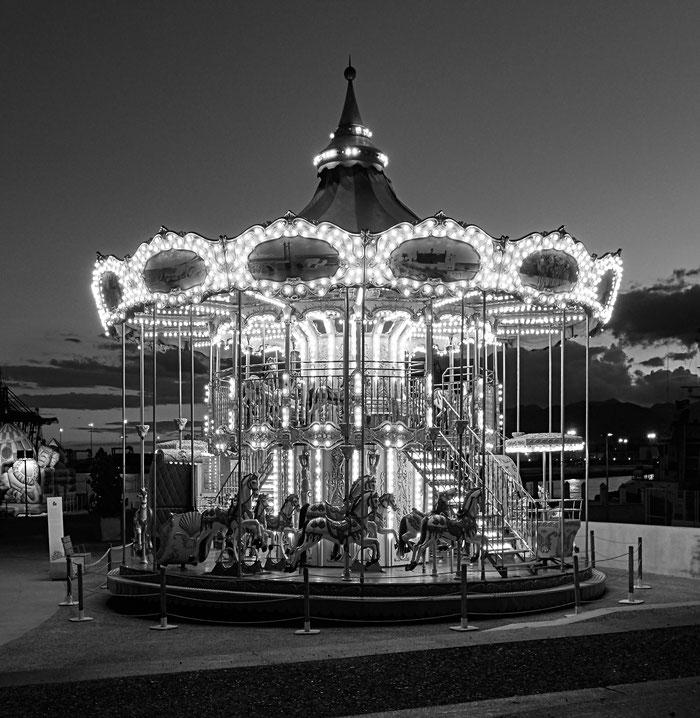 Test-Fall für die SONY RX100 II: Kleines Kinderkarussell bei Nacht am Hafen von Malaga. Copyright 2015 by Klaus Schoerner