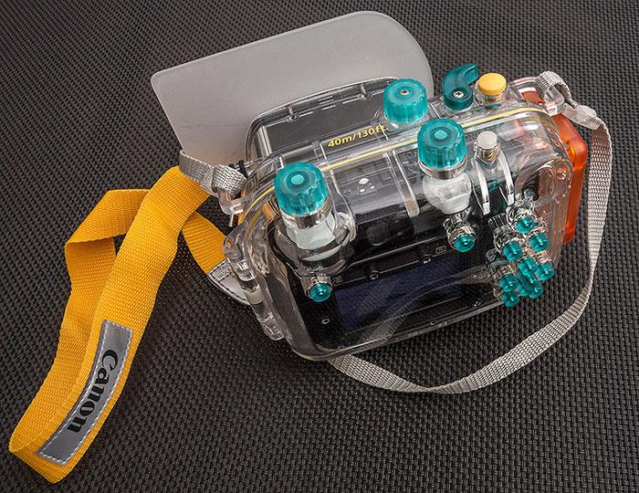Rückansicht des CANON-Unterwassergehäuses WP-DC34 mit aufgesetztem Diffusor, der sich im Praxistest gern selbständig machte. Foto: Klaus Schoerner