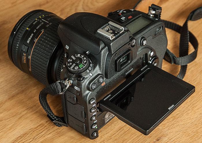 Im Test: Rückseite der NIKON D750 mit dem klappbaren Monitor. Foto: bonnescape