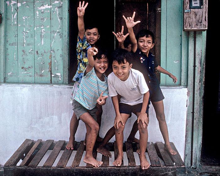 Reisefotografie: 4 Jungs posieren für den Fotografen in einem Kampung, Zentraljava. Nikon F4, Kodachrome 200, Foto: Klaus Schoerner