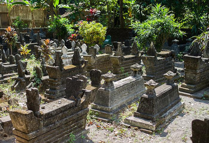 Reisefotografie: Javanische Schreine aus Vulkangestein und Zement auf dem dörflichen Friedhof. LEICA M9, mit ZEISS Biogon 2,0/35 mm, Foto: Klaus Schoerner