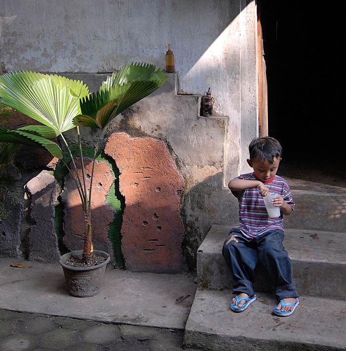 Reisefotografie: Kleiner Junge geniesst seine Es Kelapa Muda. LEICA M9, mit ZEISS Biogon 2,0/35 mm, Foto: Klaus Schoerner