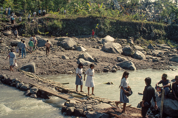 Der provisorische Übergang über den Fluss Krasak, nachdem die Brücke infolge des Tanklasterunfalls von 1991 eingestürzt war. Copyright: Klaus Schörner