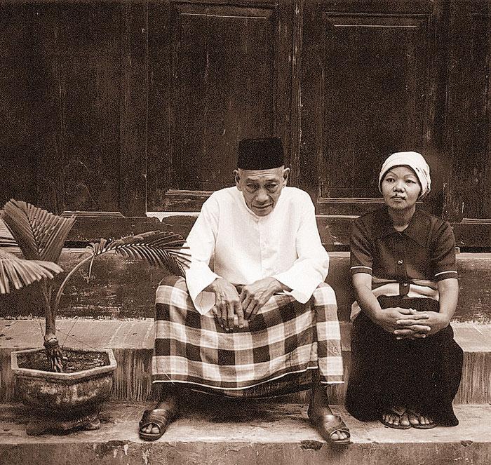 Bapak Reja und seine Ehefrau auf den Stufen ihres Hauses. Exakta 66 mit 2,8/80mm. Copyright 1999 by Klaus Schoerner
