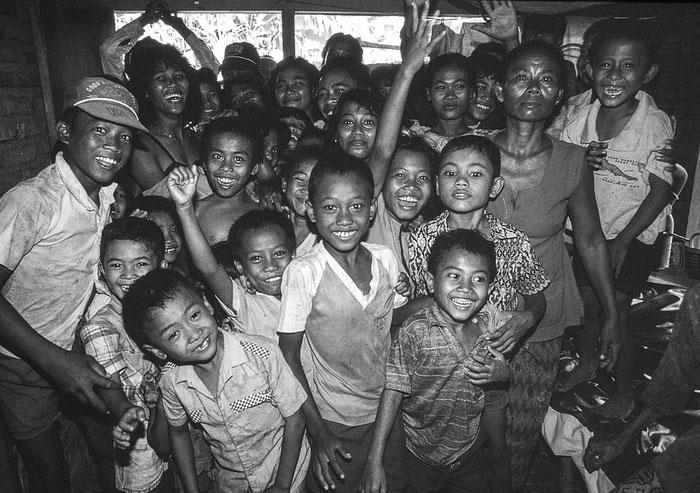 Gruppe von Einheimischen in einer engen Hütte. Cirebon/Indonesien, 1993. Foto: Klaus Schörner
