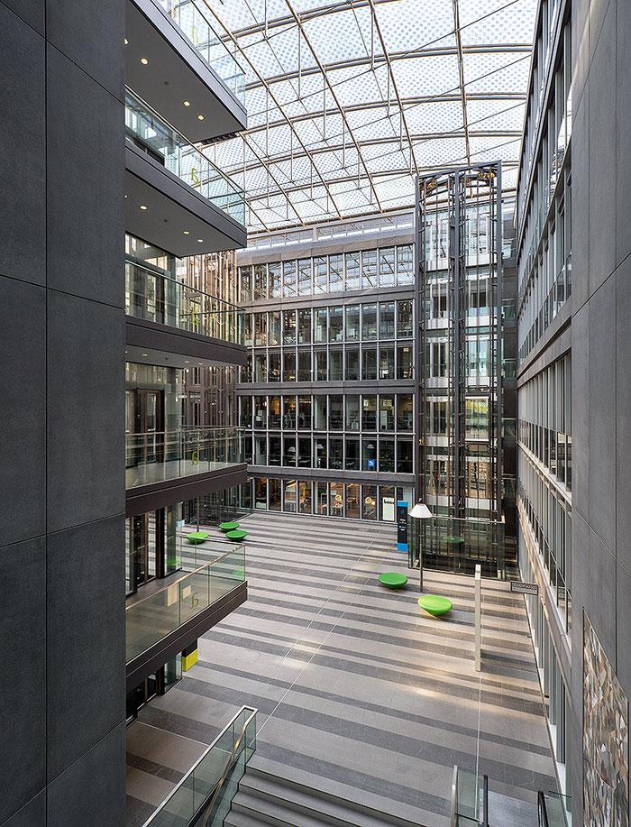 Blick in das Atrium - Foto aus der Serie WESTGATE - Copyright 2018 by Dr. Klaus Schörner - Architekturbüro HPP Hentrich-Petschnigg & Partner - Eigentümer MEAG