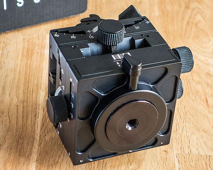 Die Unterseite des C1 Cube von ARCA-SWISS mit Drehteller und 3/8 Stativgewinde. Foto: Klaus Schoerner